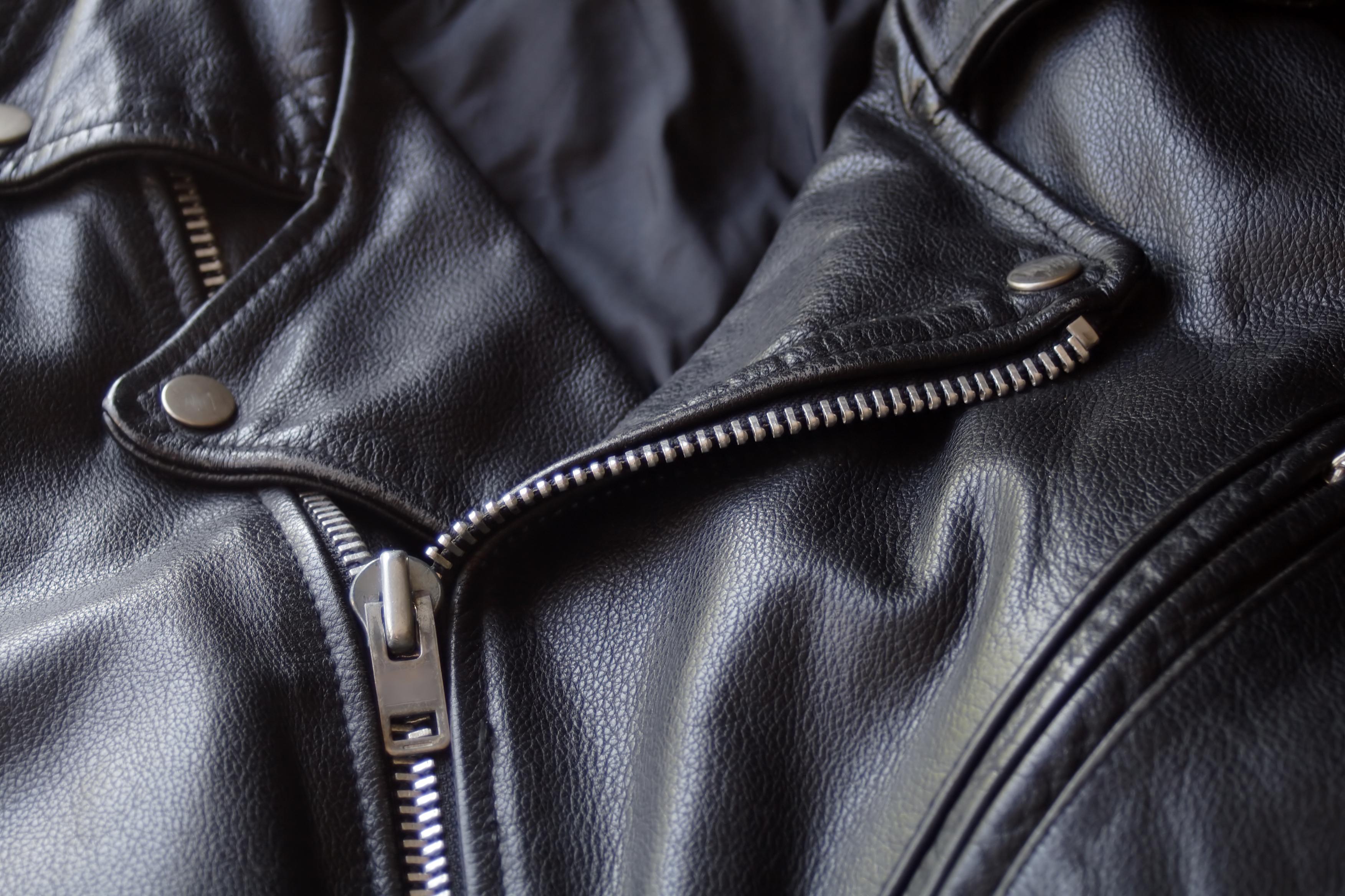 A női dzsekik közül halhatatlan és stílusos a bőrdzsekik.